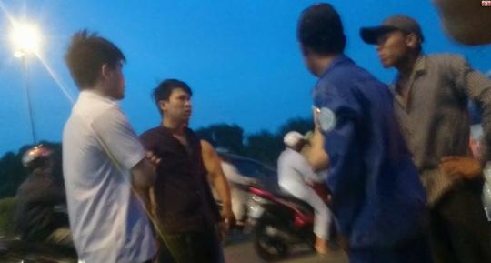 Người đi ô tô gọi nam thanh niên đi xe máy tới gây áp lực bắt tài xế taxi đưa tiền. Ảnh: cắt từ clip.