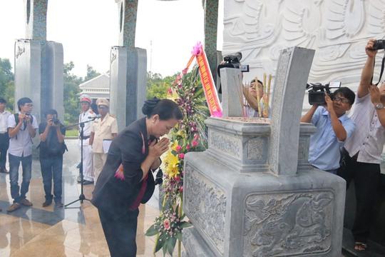 Chủ tịch Quốc hội viếng hương Nghĩa trang Liệt sĩ Quảng Nam - Ảnh 1.