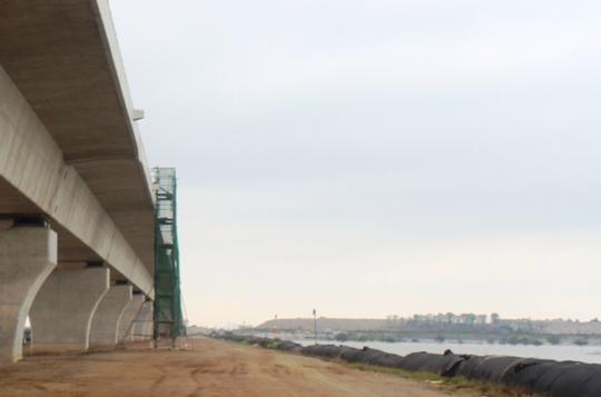 Cầu thang các công nhân, kỹ sư sử dụng để lên mặt cầu