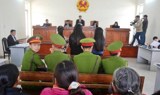 Do lời khai mâu thuẫn và xuất hiện nhiều tình tiết mới giữa các bị cáo và những người có quyền lợi liên quan nên, HĐXX quyết định hoãn phiên tòa.