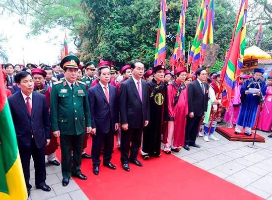 Chủ tịch nước Trần Đại Quang, Trưởng ban Kinh tế Trung ương Nguyễn Văn Bình cùng các vị lãnh đạo bộ, ngành Trung ương, lãnh đạo tỉnh Phú Thọ thành kính dâng hương tưởng nhớ các vị vua Hùng