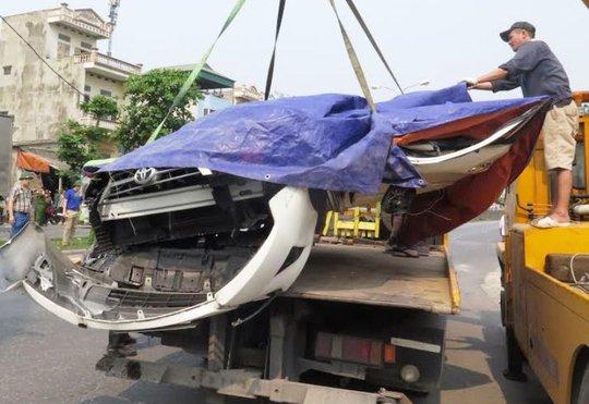 Chiếc ô tô 4 chỗ bẹp nát làm 2 người trong xe tử vong