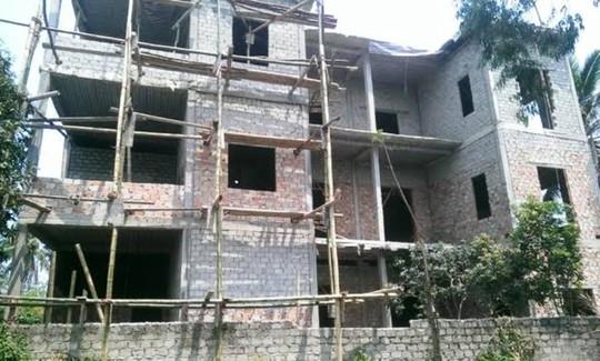 Ngôi nhà 3 tầng đang trong quá trình hoàn thiện của hộ nghèo Cao Văn Được, nguyên Chi hội trưởng Hội Cựu chiến binh thôn Bắc Yến, xã Hải Yến, huyện Tĩnh Gia, tỉnh Thanh Hóa