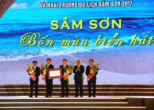 Ông Uông Chu Lưu, Phó chủ tịch Quốc hội, trao Nghị quyết thành lập TP Sầm Sơn