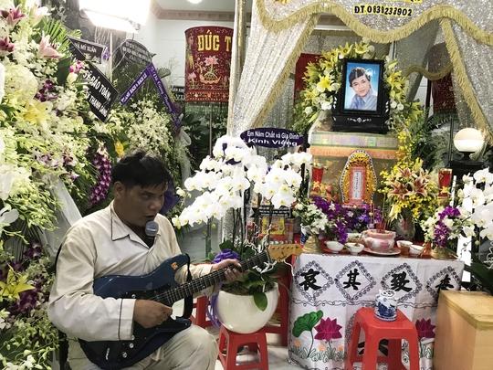 Anh Dương Phước Lựa đờn và ca vọng cổ bên quan tài NSƯT Thanh Sang