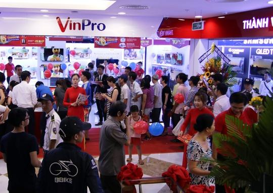 Đông đảo khách hàng tới mua sắm tại 5 TTTM Vincom mới khai trương ngày 29-4