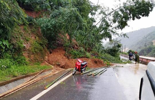 Cận cảnh Bắc Trung Bộ chìm trong mưa lũ - Ảnh 6.