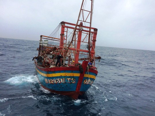 15 giờ vượt sóng gió cứu 9 ngư dân gặp nạn trên biển - Ảnh 1.