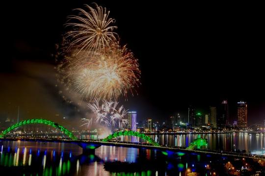 Pháo hoa giữa sông Hàn đón năm mới ở Đà Nẵng - Ảnh 4.