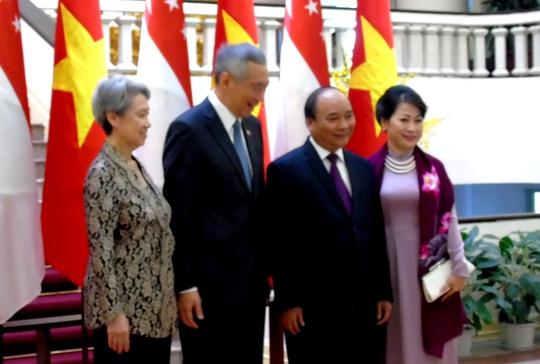 Hai Thủ tướng chụp ảnh cùng Phu nhân