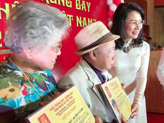 Bà Nguyễn Thị Thu trao bằng xác nhận việc đúc tượng sáp cho danh hài Tùng Lâm và NSƯT Ca Lê Hồng