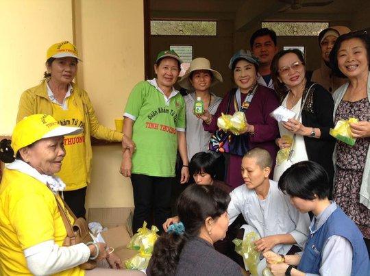 NSND Lệ Thủy dốc sức khám chữa bệnh cho dân nghèo - Ảnh 4.