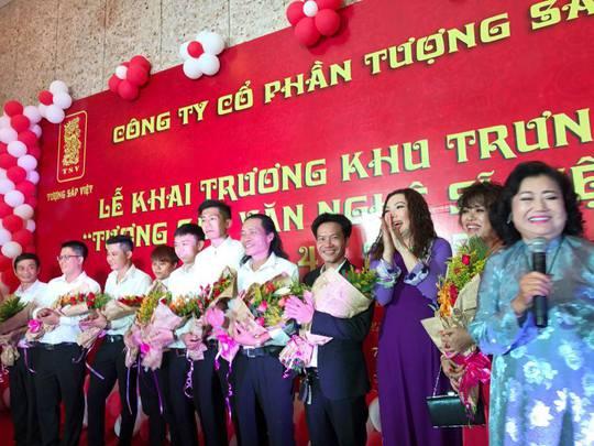 NSND Kim Cương chúc mừng thành quả của các nghệ nhân điêu khắc