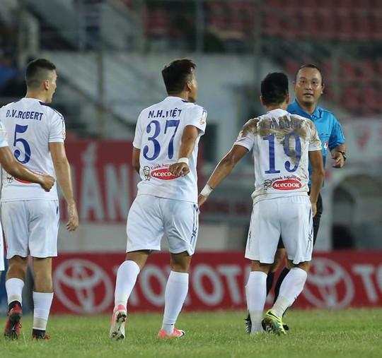 Thuê hết trọng tài ngoại thì còn gì là bóng đá Việt ! - Ảnh 1.
