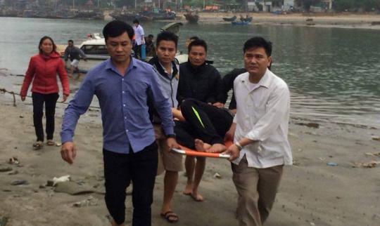 Các ngư dân bị thương được đưa lên bờ đi cấp cứu - Ảnh: Hữu Tình