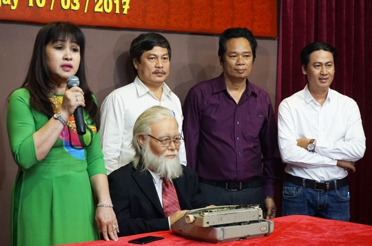 Ca sĩ Bích Thủy và gia đình xúc động bên bức tượng sáp của cố nhạc sĩ Bắc Sơn.