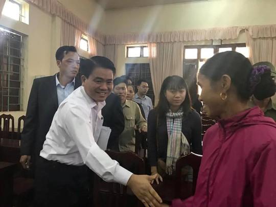 Chủ tịch UBND TP Hà Nội Nguyễn Đức Chung bắt tay người dân xã Đồng Tâm