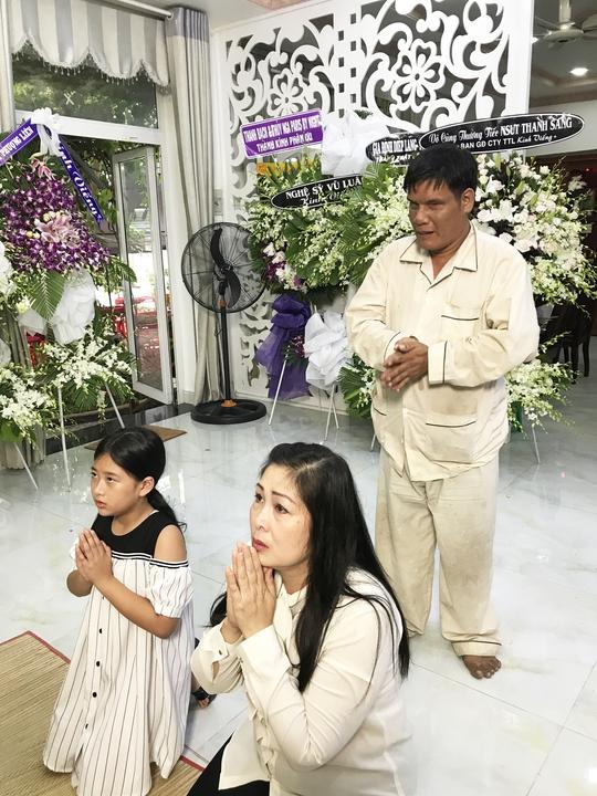 NSND Hồng Vân đưa con gái - bé Bí Ngô đến viếng NSƯT Thanh Sang