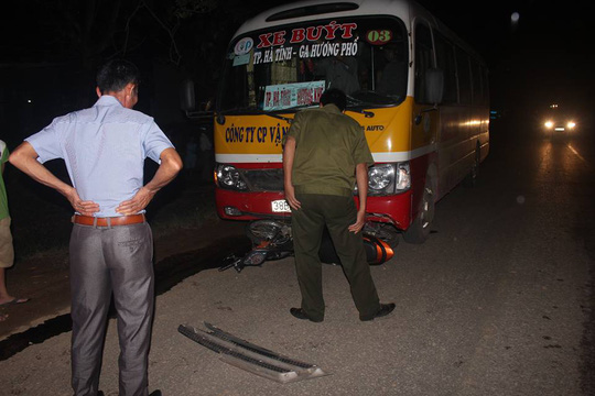 Xe buýt kéo lê xe máy, 1 phụ nữ chết thảm - Ảnh 1.