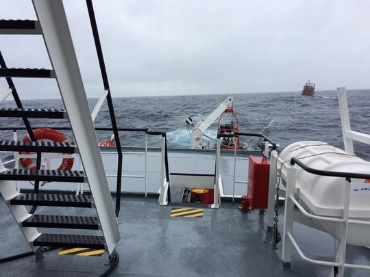 15 giờ vượt sóng gió cứu 9 ngư dân gặp nạn trên biển - Ảnh 3.
