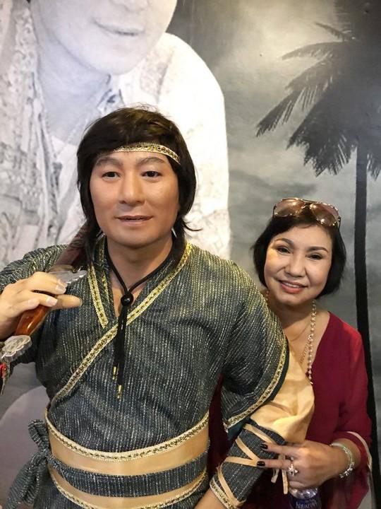NS Kiều Tiên bên bức tượng của cố NSƯT Minh Phụng