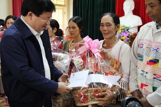 Phó Thủ tướng Trịnh Đình Dũng tặng quà cho những hộ có hoàn cảnh đặc biệt khó khăn.