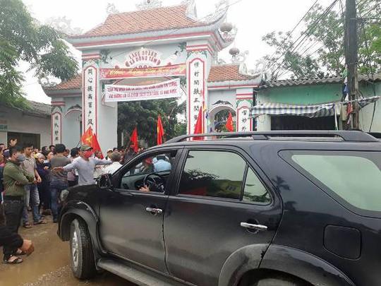Xe vào cổng làng Hoành, xã Đồng Tâm