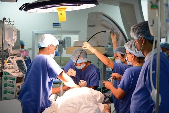 Các bác sĩ bệnh viện Vinmec Ceantral Park đang thực hiện kỹ thuật thay van tim qua da không cần phẫu thuật