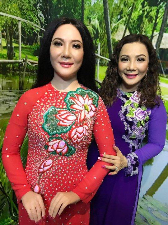NSƯT Cẩm Tiên bên bức tượng của chị
