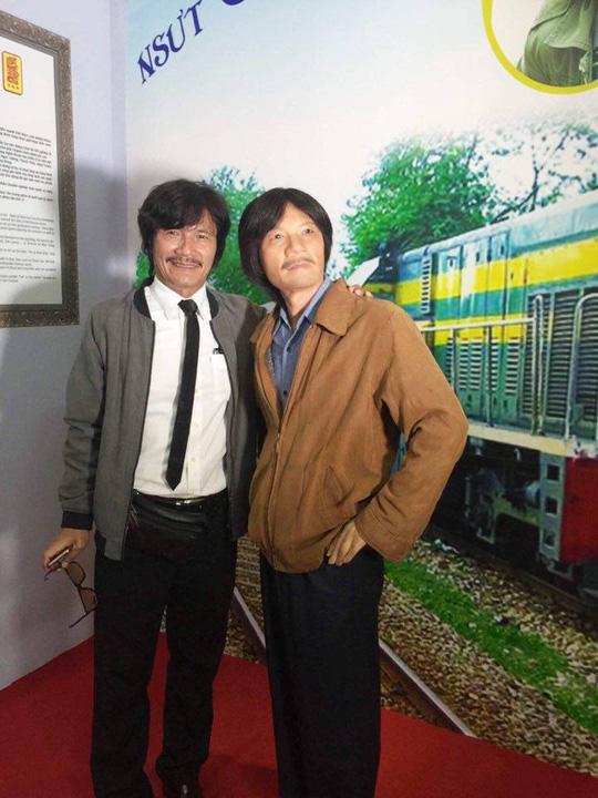 Đạo diễn NSƯT Nguyễn Công Ninh bên bức tượng của anh