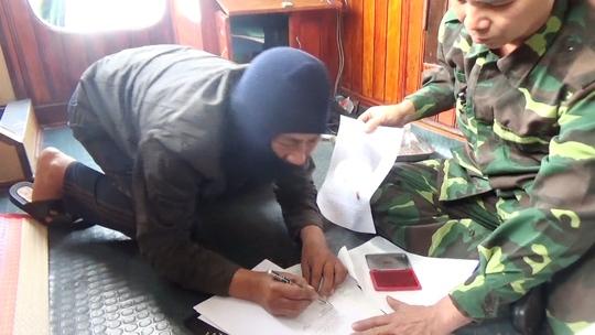 Các ngư dân Trung Quốc ký biên bản vi phạm