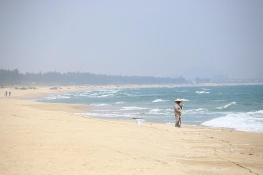 Dọn dẹp rác trên bãi biển Hà My