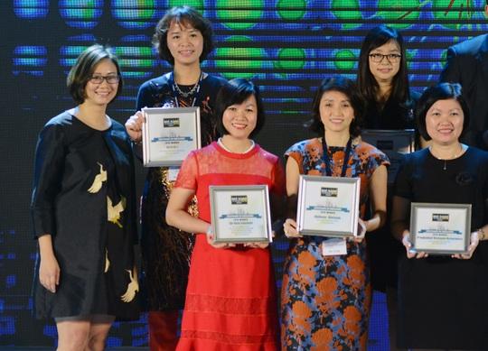 """Bà Dương Thị Mai Hoa, Tổng Giám đốc Tập đoàn Vingroup (váy đỏ), nhận giải """"Nơi làm việc tốt nhất Việt Nam"""" trong 3 lĩnh vực: Bất động sản, Bán lẻ và Du lịch"""