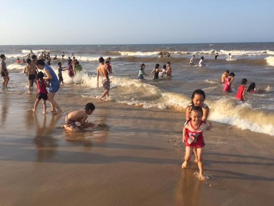 Nước biển được cơ quan chức năng nhiều lần khẳng định đạt tiêu chuẩn để tắm