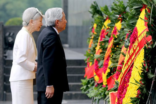 Nhà vua và Hoàng hậu Nhật Bản viếng Lăng Chủ tịch Hồ Chí Minh