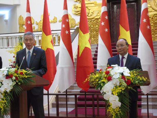 Thủ tướng Nguyễn Xuân Phúc và Thủ tướng Singapore Lý Hiển Long tại buổi họp báo chung ngày 23-3