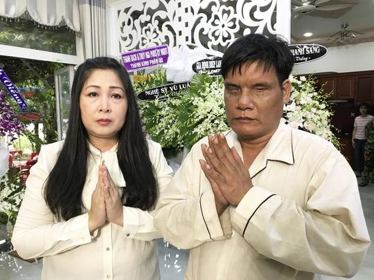 NSND Hồng Vân và anh Dương Phước Lựa thắp hương tiễn biệt NSƯT Thanh Sang