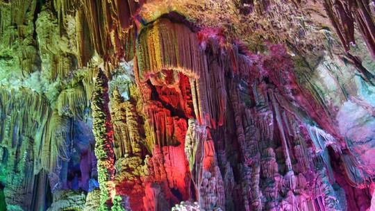 Trung Quốc: Du khách phá hoại măng đá vôi ngàn năm trong vài giây - Ảnh 1.