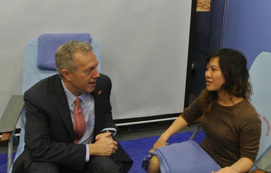 Đại sứ Mỹ Ted Osius trò chuyện với một người hiến máu