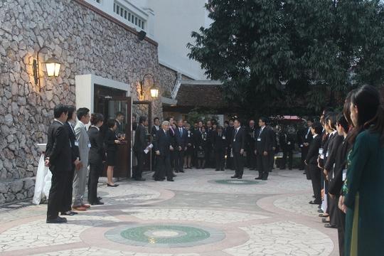 Cuộc gặp mặt diễn ra tại khoảnh sân vườn trong khuôn viên khách sạn nơi Nhà vua và Hoàng hậu Nhật Bản lưu lại trong thời gian ở Hà Nội