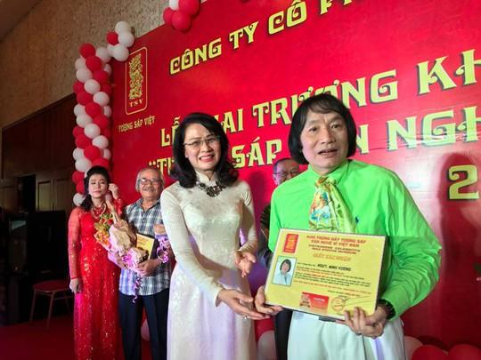 Bà Nguyễn Thị Thu - Phó chủ tichju UBND TPHCM trao bằng xác nhận việc trưng bày bức tượng sáp của NSƯT Minh Vương trong ngày khánh thành