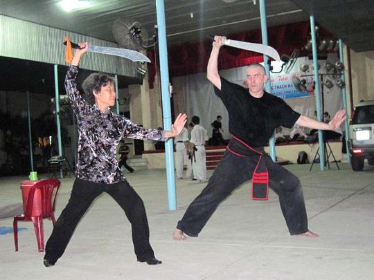Võ sư Thu Vân và võ sư nước ngoài trên sàn tập chương trình võ thuật tại TP HCM