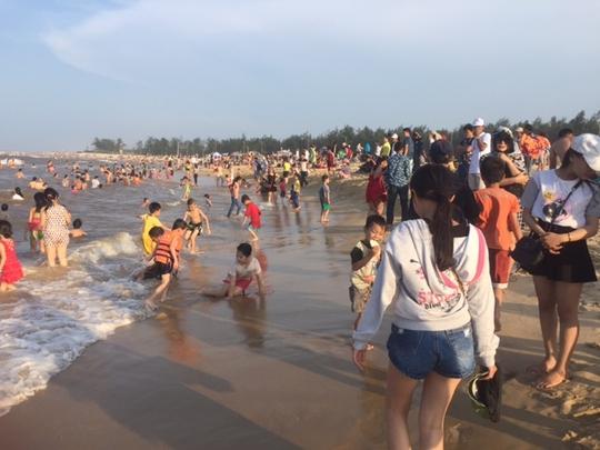 Ước tính hơn 12.000 lượt khách đã về biển Thuận An chỉ trong một buổi chiều