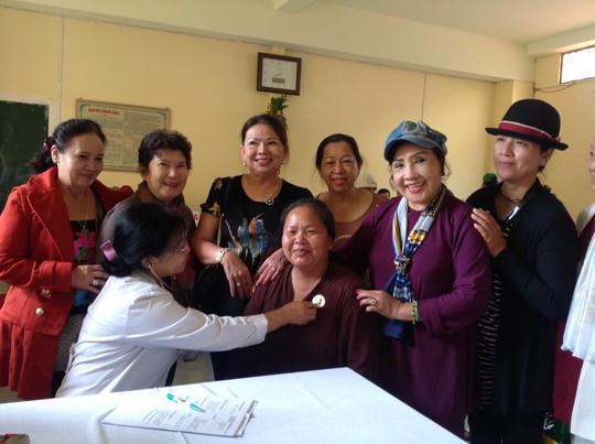 NSND Lệ Thủy dốc sức khám chữa bệnh cho dân nghèo - Ảnh 1.