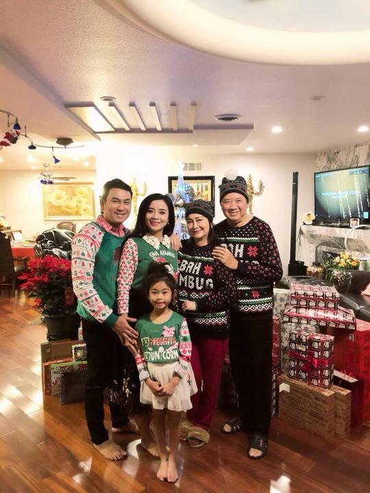Vợ chồng danh hài Bảo Quốc trẻ trung với áo cặp trong đêm Noel - Ảnh 2.
