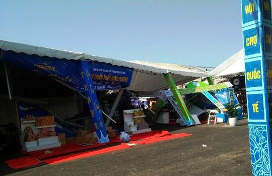 Lốc xoáy, 60 gian hàng hội chợ tan hoang, 2 người bị thương - Ảnh 1.