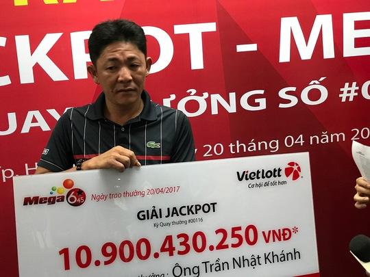 Lần đầu tiên người trúng Jackpot không đeo mặt nạ nhận thưởng