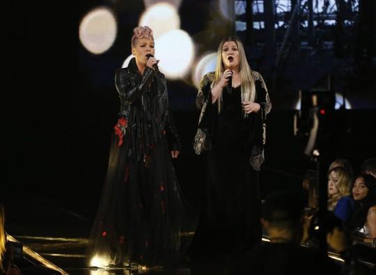 Trái khoáy trên sân khấu Lễ trao giải âm nhạc Mỹ - Ảnh 3.