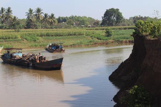 Nhiều tàu hút cát trên thượng nguồn sông Đồng Nai đoạn qua xã Quảng Ngãi, huyện Cát Tiên, tỉnh Lâm Đồng Ảnh: Xuân Hoàng