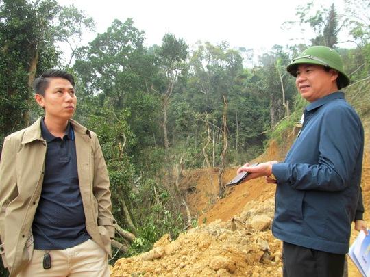 Ông Võ Văn Hưng (ảnh phải), Giám đốc Sở NN&PTNT tỉnh Quảng Trị trực tiếp kiểm tra tình trạng tàn phá rừng phòng hộ Hướng Hóa- Đakrông.